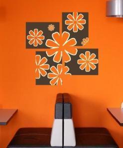 Primer izgleda dvobarvne samolepilne stenske nalepke Cveti v kvadratih na oranžni steni v restavraciji.