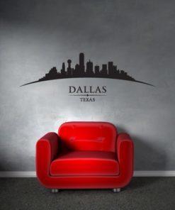 Primer izgleda črne samolepilne stenske nalepke Dallas ukrivljen na sivi steni v dnevni sobi.
