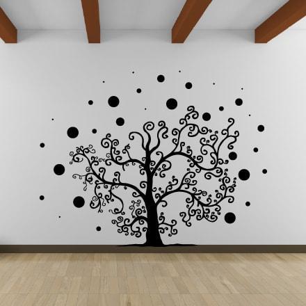Primer izgleda črne samolepilne stenske nalepke Drevo SF na beli steni.