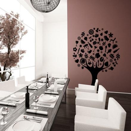 Primer izgleda črne samolepilne stenske nalepke Drevo hrane na rjavi steni v jedilnici.