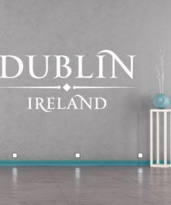 Primer izgleda bele samolepilne stenske nalepke Dublin Ireland napis na sivi steni v dnevni sobi.