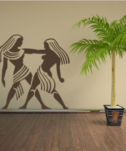 Primer izgleda čokoladno rjave samolepilne stenske nalepke Egipčanki na bež steni v dnevni sobi.