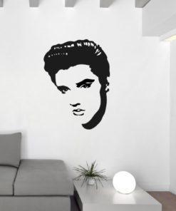 Primer izgleda črne samolepilne stenske nalepke Elvis na beli steni v dnevni sobi.