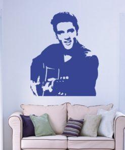 Primer izgleda modre samolepilne stenske nalepke Elvis Presley 2 na beli steni v dnevni sobi.