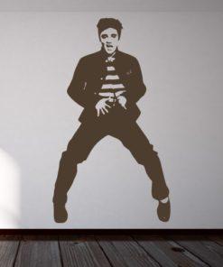 Primer izgleda čokoladno rjave samolepilne stenske nalepke Elvis Presley na beli steni v dnevni sobi.