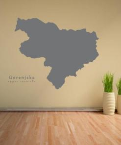 Primer izgleda grafitno sive samolepilne stenske nalepke Gorenjska na bež steni v dnevni sobi.