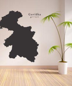 Primer izgleda črne samolepilne stenske nalepke Goriška na bež steni v dnevni sobi.