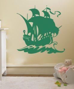 Primer izgleda zelene samolepilne stenske nalepke Gusarska ladja na bež steni v otroški sobi.