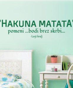 Primer izgleda zelene samolepilne stenske nalepke Hakuna Matata na zeleni steni v otroški sobi. Nalepka je citat Levji kralj, ki se glasi: Hakuna Matata - pomeni bodi... brez skrbi...