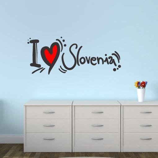 Primer izgleda črne in rdeče samolepilne stenske nalepke I love Slovenia na modri steni v otroški sobi.