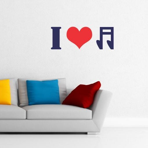 Primer izgleda modre in rdeče samolepilne stenske nalepke I love music na beli steni v dnevni sobi.