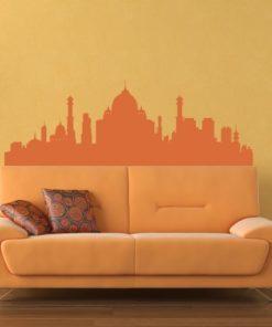 Primer izgleda oranžne samolepilne stenske nalepke Indija na oranžni steni v dnevni sobi.