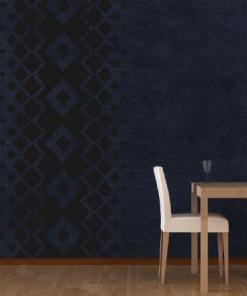 Primer izgleda črne samolepilne stenske nalepke Kara vzorci na temno modri steni v jedilnici.