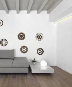 Primer izgleda dvobarvne samolepilne stenske nalepke Krogi 1 na beli steni v dnevni sobi.