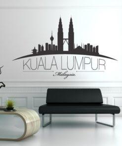 Primer izgleda črne samolepilne stenske nalepke Kuala Lumpur na beli steni v dnevni sobi.