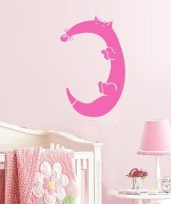 Primer izgleda roza samolepilne stenske nalepke Lisica C na beli steni v otroški sobi.