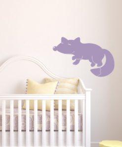 Primer izgleda vijolična samolepilne stenske nalepke Lisička na beli steni v otroški sobi.