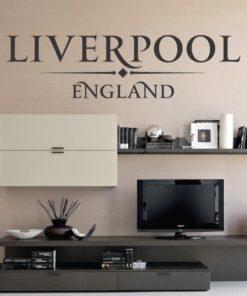 Primer izgleda črne samolepilne stenske nalepke Liverpool England napis na bež steni v dnevni sobi.