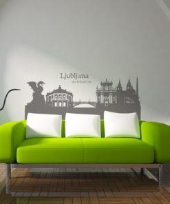 Primer izgleda grafitno sive samolepilne stenske nalepke Ljubljana the beloved city na beli steni v dnevni sobi.
