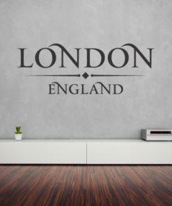 Primer izgleda sive samolepilne stenske nalepke London England napis na sivi steni v dnevni sobi.
