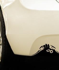 Primer izgleda črne samolepilne avto nalepke Mala pošast na avtu bele barve.