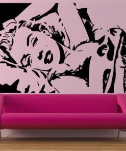 Primer izgleda črne samolepilne stenske nalepke Marilyn Monroe na roza steni v dnevni sobi.