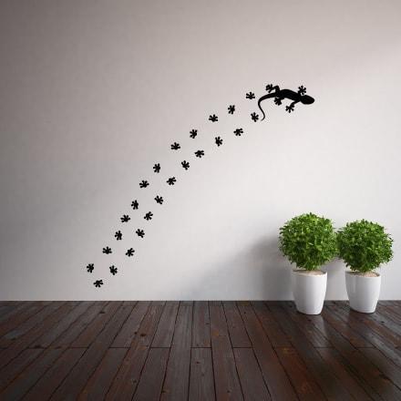 Primer izgleda črne samolepilne stenske nalepke Močerad in stopinje na beli steni v dnevni sobi.