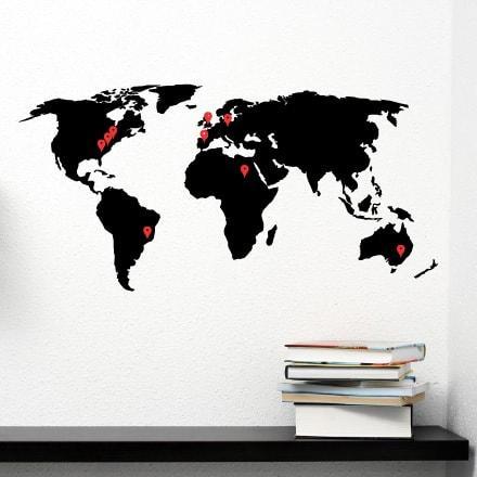 Primer izgleda dvobarvne samolepilne stenske nalepke Moja potovanja na beli steni v dnevni sobi.