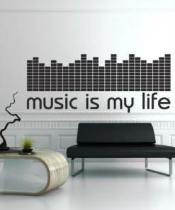 Primer izgleda črne samolepilne stenske nalepke Music is my life na bež steni v dnevni sobi. Nalepka je napis, ki se glasi: Music is my life.