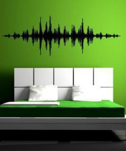 Primer izgleda črne samolepilne stenske nalepke Music wave na zeleni steni v spalnici.