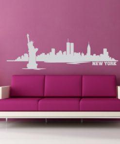 Primer izgleda sive samolepilne stenske nalepke New York 2 na roza steni v dnevni sobi. Na nalepki piše: New York