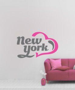 Primer izgleda dvobarvne samolepilne stenske nalepke New York Heart na beli steni v dnevni sobi. Na nalepki piše: New York