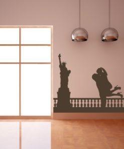 Primer izgleda čokoladno rjave samolepilne stenske nalepke New York Love na beli steni v dnevni sobi.