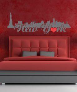 Primer izgleda sive samolepilne stenske nalepke New York O v obliki srca na rdeči steni v dnevni sobi. Na nalepki piše: New York