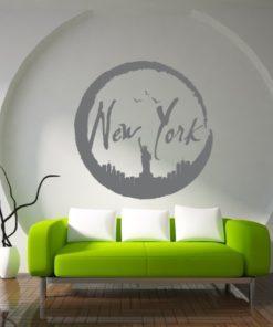 Primer izgleda grafitno sive samolepilne stenske nalepke New York v Luni na beli steni v spalnici. Na nalepki piše: New York