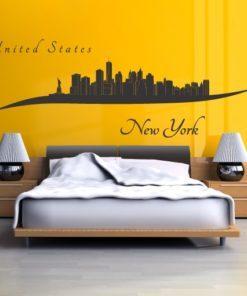 Primer izgleda črne samolepilne stenske nalepke New York zavito na rumeni steni v spalnici. Na nalepki piše: New York, United States