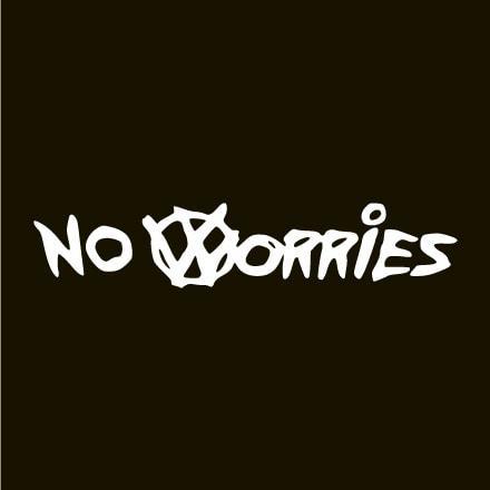 Primer izgleda bele samolepilne avto nalepke No Worries na avtu črne barve. Nalepka je napis, ki se glasi: No Worries.