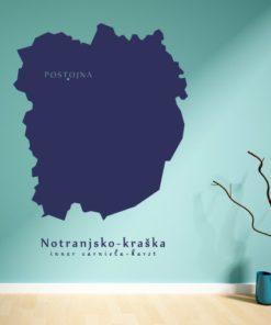 Primer izgleda modre samolepilne stenske nalepke Notranjsko - kraška na zeleni steni v dnevni sobi.