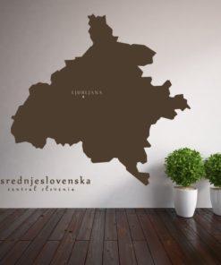 Primer izgleda čokoladno rjave samolepilne stenske nalepke Osrednje - slovenska na beli steni v dnevni sobi.