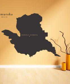 Primer izgleda črne samolepilne stenske nalepke Pomurska na oranžni steni v dnevni sobi.