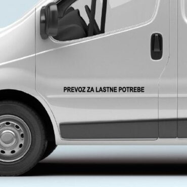 Primer izgleda črne samolepilne avto nalepke Prevoz za lastne potrebe na kombiju bele barve. Nalepka je napis, ki se glasi: Prevoz za lastne potrebe