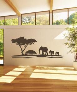 Primer izgleda čokoladno rjave samolepilne stenske nalepke Safari sloni na bež steni v dnevni sobi.