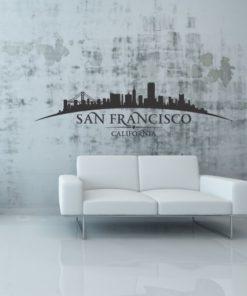 Primer izgleda črne samolepilne stenske nalepke San Francisco ukrivljen na beli steni v dnevni sobi. Na nalepki piše: San Francisco, California