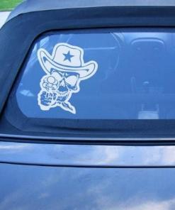 Primer izgleda bele samolepilne avto nalepke Šerif na avtu modre barve.