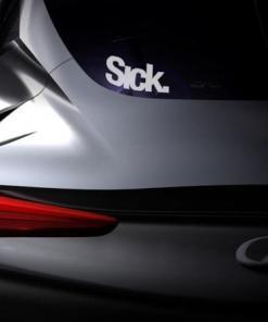 Primer izgleda bele samolepilne avto nalepke Sick na avtu sive barve. Nalepka je napis, ki se glasi: Sick.
