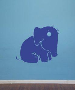 Primer izgleda modre samolepilne stenske nalepke Slonček na modri steni v otroški sobi.