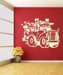Primer izgleda bež samolepilne stenske nalepke Smetarski tovornjak na rdeči steni v dnevni sobi.