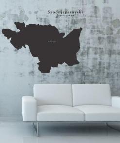Primer izgleda črne samolepilne stenske nalepke Srednje - posavska na sivi steni v dnevni sobi.