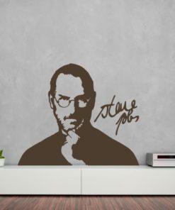 Primer izgleda čokoladno rjave samolepilne stenske nalepke Steve Jobs na sivi steni v dnevni sobi.