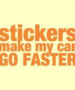 Primer izgleda oranžne samolepilne avto nalepke Stickers make my car GO FASTER na avtu rumene barve. Nalepka je napis, ki se glasi: Stickers make my car GO FASTER.